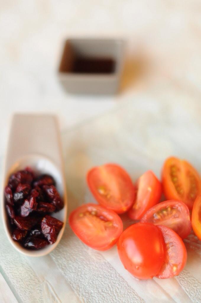 Une cuillère à soupe de sauce soja, des tomates cerise et de la canneberge
