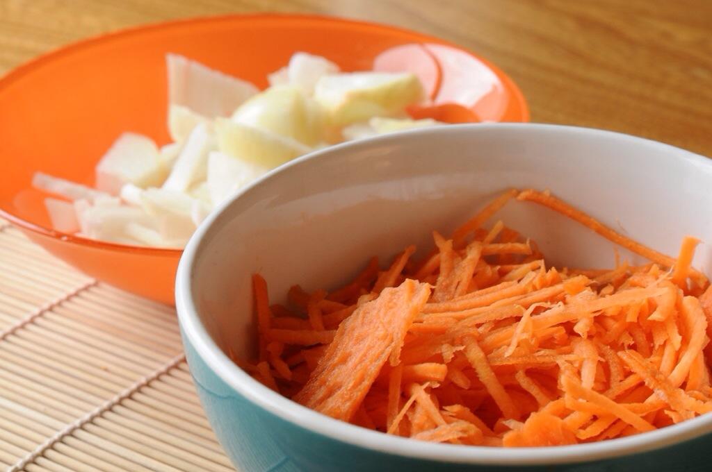 Une carotte râpée et des oignons