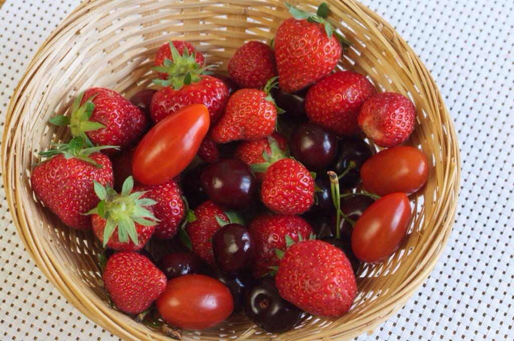 Un gâteau aux tomates cerises, cerises et fraises