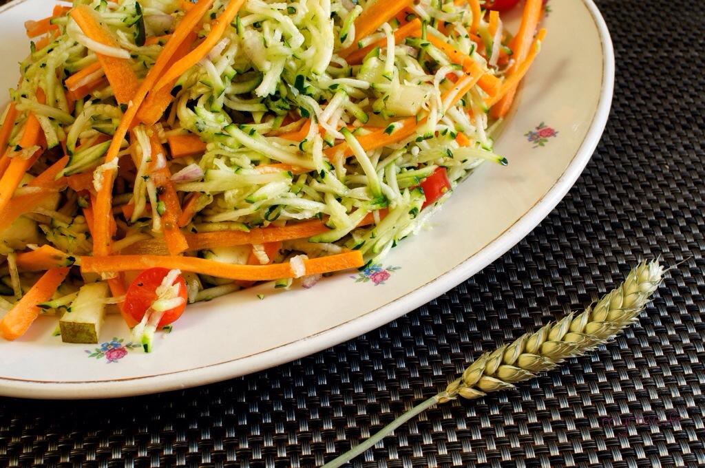 Une délicieuse salade de courgettes crues