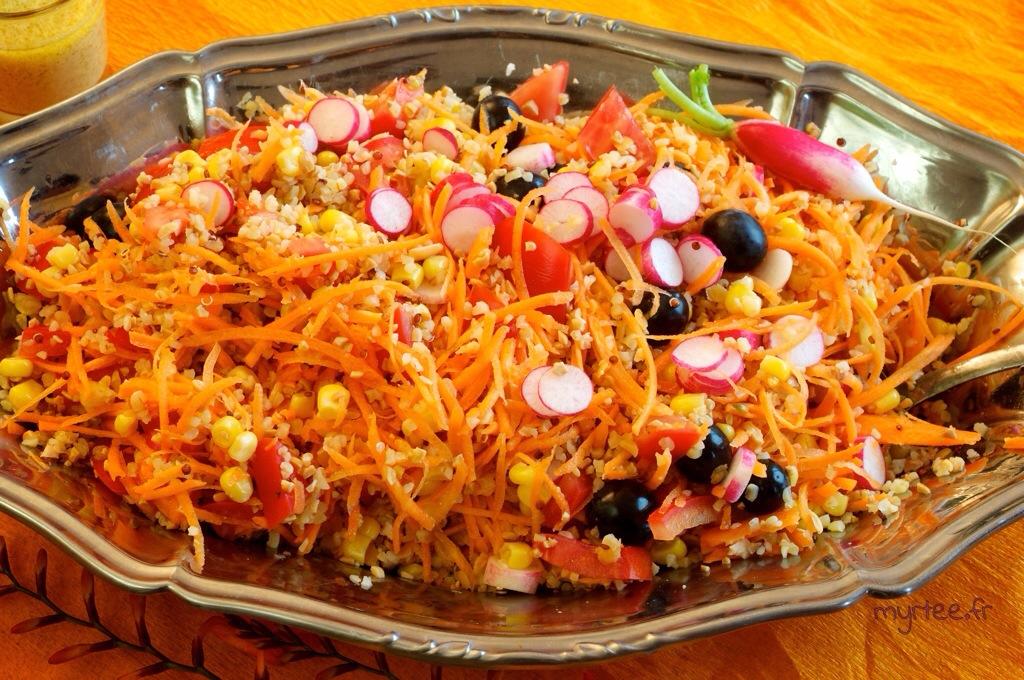 Une salade avec de la vinigrette