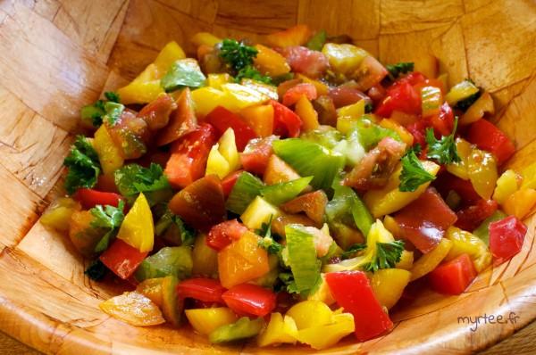 Une délicieuse salade de tomates multicolores