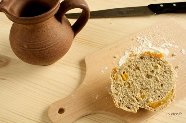 De petits pains oignons abricots