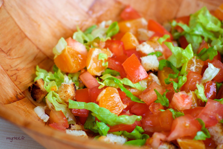 Une salade tomate-clémentine végétarienne