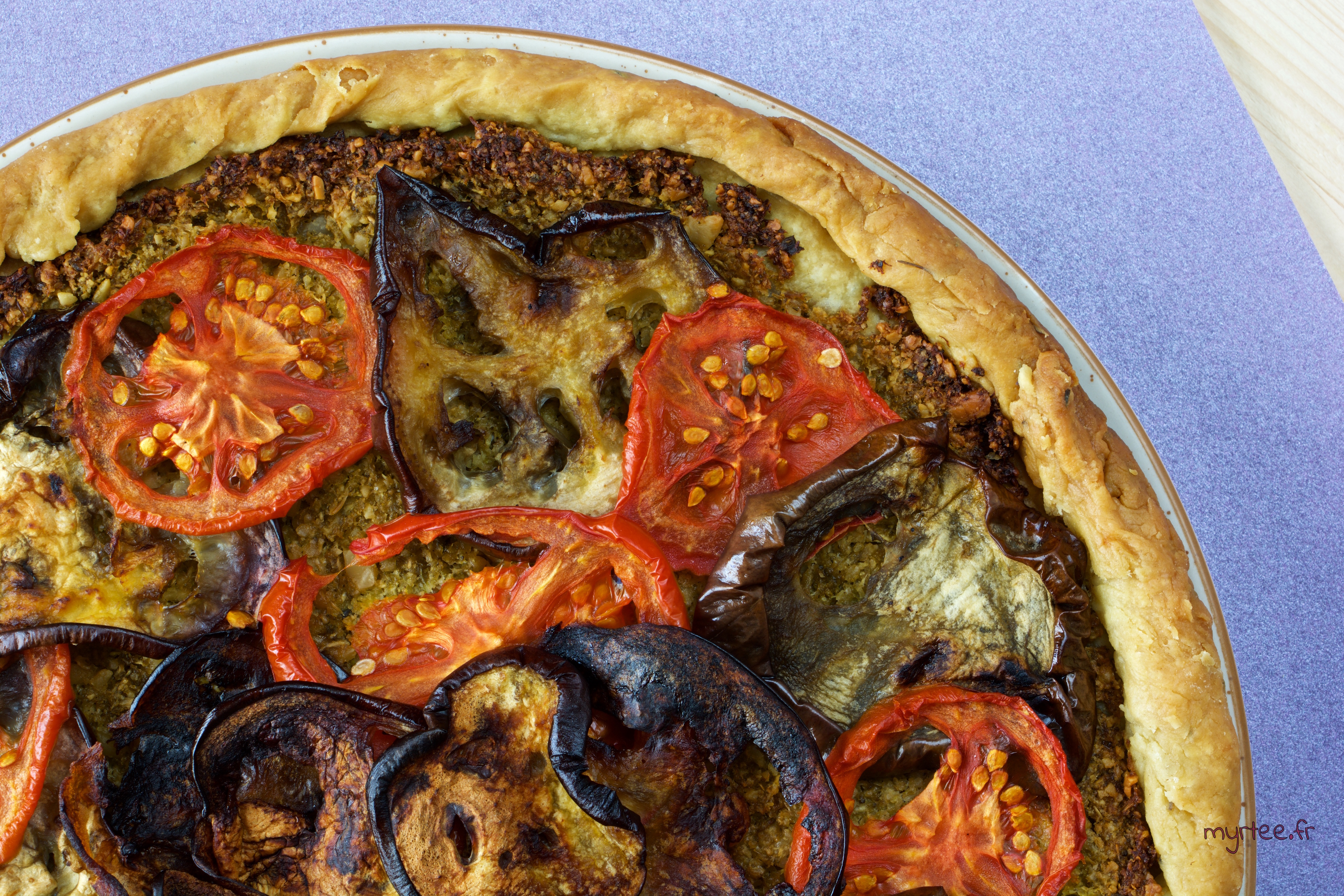 Une tarte à l'aubergine sur fond de pesto (vegan)