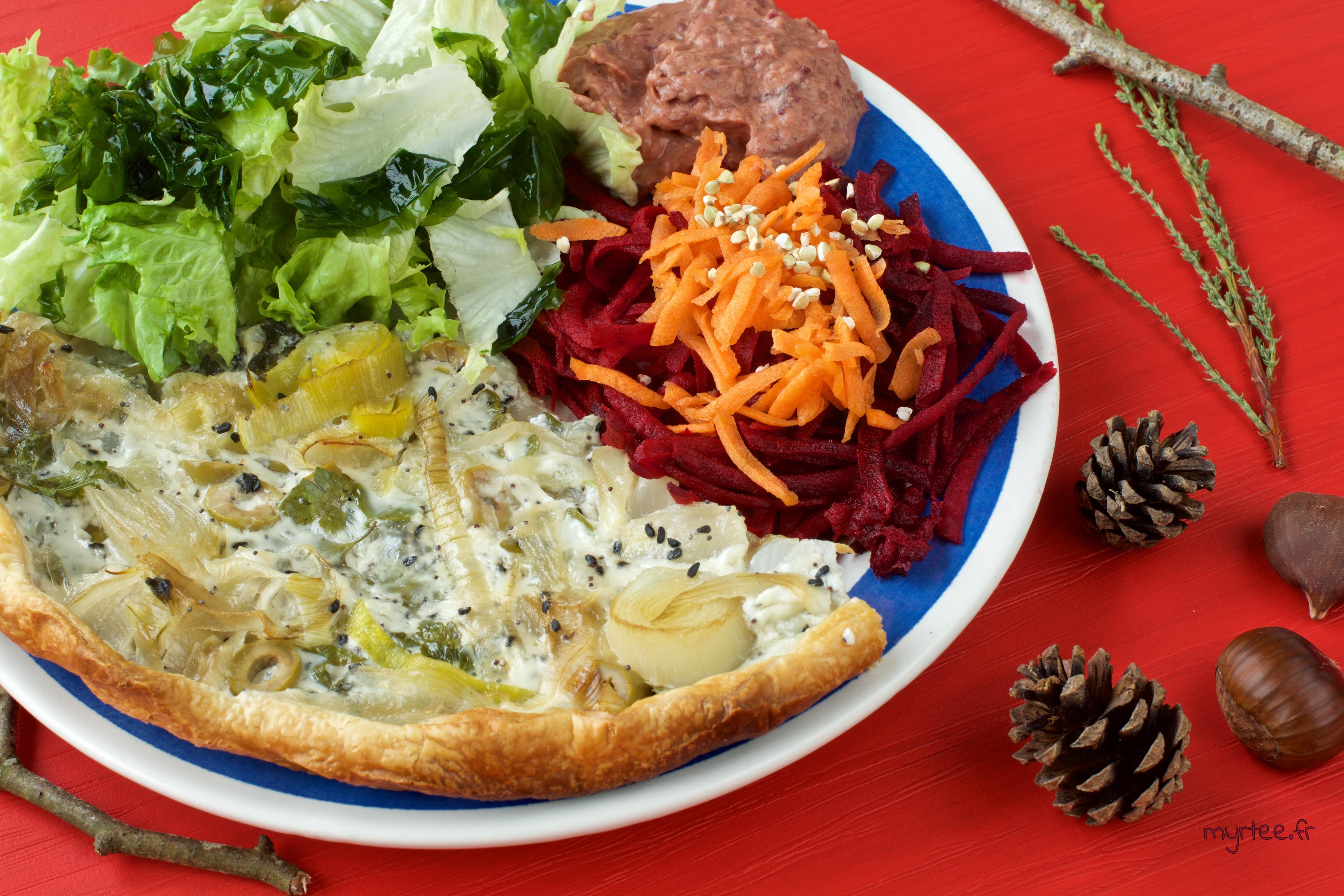 assiette du midi : tarte aux poireaux, houmous de haricots rouges, carotte et betterave cru